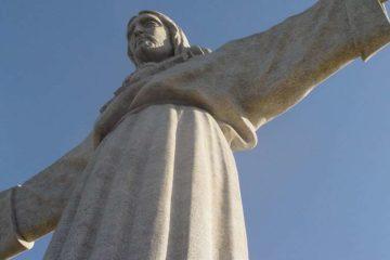 Pese a oposición hindú, católicos construyen gran imagen de Cristo en India